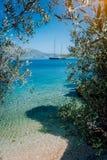 Прованская рамка лист с mediterranen залив и роскошная яхта Концепция убежища отступления релаксации каникул пляжа лета стоковые изображения rf