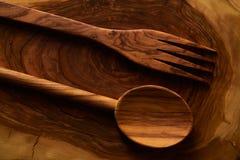 Прованские деревянные ложка и вилка на разделочной доске Стоковое Фото