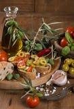 Прованский хлеб с оливковым маслом, специями и томатами вишни на старом w Стоковое фото RF