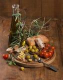 Прованский хлеб с томатами оливкового масла и вишни на старых деревянных животиках Стоковые Фото