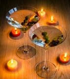2 прованских коктеиля Мартини в свете горящей свечи Стоковая Фотография RF