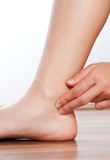 Проверите ваш ИМП ульс на вашей ноге Стоковые Фотографии RF