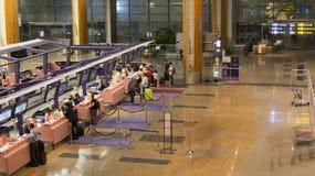 Проверите внутри счетчики крупного аэропорта Сингапур. стоковое изображение