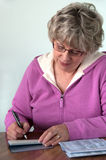 проверите женское старшее сочинительство Стоковое Фото