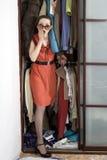 проверите женщину одежд ходя по магазинам Стоковое Фото