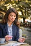 Проверите кредитную карточку онлайн 15 детенышей женщины Стоковые Изображения