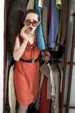 проверите одежды ее женщина покупкы Стоковая Фотография RF