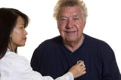 проверите пожилого пациента вверх Стоковые Фотографии RF
