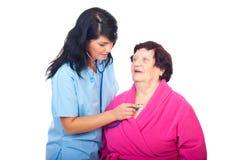 проверите пожилых людей доктора вверх по женщине Стоковые Изображения RF