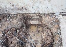 Проверите старый трубопровод во время выкапывать Стоковое Фото