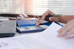 Проверка бизнесмена серьезно анализирует коллег инвестора отчете о финансов обсуждая данные по диаграммы нового плана финансовые  Стоковые Фотографии RF