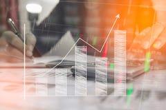 Проверка бизнесмена серьезно анализирует коллег инвестора отчете о финансов обсуждая данные по диаграммы нового плана финансовые  Стоковая Фотография