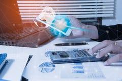 Проверка бизнесмена серьезно анализирует коллег инвестора отчете о финансов обсуждая данные по диаграммы нового плана финансовые  Стоковое Изображение RF