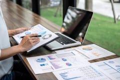 Проверка бухгалтера бизнес-леди работая и высчитывать заявление баланса активов и пассивов отчете о расхода финансовое ежегодное  стоковые фото