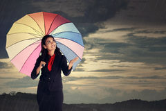 Проверка женщины если стоп дождя Стоковые Фото