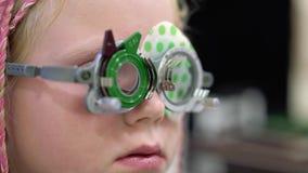 Проверка зрения Кавказская девушка которое имеет инвалидность зрения Медицинское лечение и реабилитация сток-видео