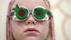 Проверка зрения Кавказская девушка которое имеет инвалидность зрения Медицинское лечение и реабилитация акции видеоматериалы