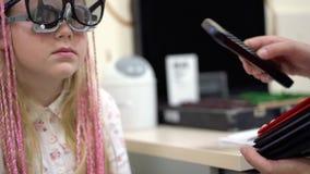 Проверка зрения Кавказская девушка которое имеет инвалидность зрения Медицинское лечение и реабилитация видеоматериал