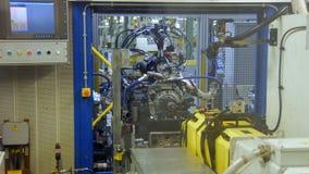 Проверка качества двигателя автомобиля на производственной линии, на фабрике автомобиля акции видеоматериалы