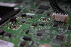 Проверка качества и собрание SMT напечатали компоненты на монтажной плате стоковая фотография rf