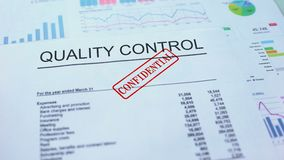 Проверка качества конфиденциальная, штемпелюющ уплотнение на служебном документе, статистика сток-видео