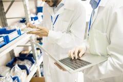 Проверка качества на фабрике датчика давления Стоковое Изображение RF