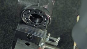 Проверка качества продукции частей машины на фабрике Проверять точность видеоматериал