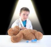 Проверка доктора и плюшевого медвежонка ребенка Стоковая Фотография RF
