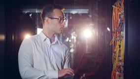 Проверка серверов компьютера унесенный мужским инженером сток-видео