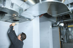 Проверка уборщика вентиляции для пыли на ей Стоковое фото RF