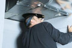 Проверка уборщика вентиляции для пыли на ей Стоковые Фотографии RF