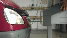 Проверка фар автомобиля на станции осмотра корабля видеоматериал