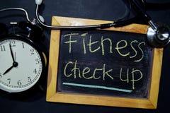 Проверка фитнеса вверх по почерку на доске на взгляде сверху стоковые фотографии rf