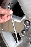 проверять автошину давления стоковые фото