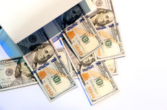 Проверять 100 банкнот доллара с ультрафиолетовым светом или Стоковые Изображения RF
