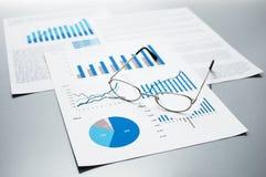 Проверять бизнес-отчеты рост диаграмм диаграмм дела увеличил тарифы профитов Стоковые Фотографии RF