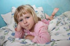 проверять больноя девушки лихорадки немного Стоковая Фотография RF