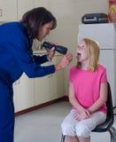 проверять горло пациента нюни Стоковая Фотография