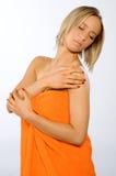 проверять ее детенышей женщины кожи Стоковые Фотографии RF