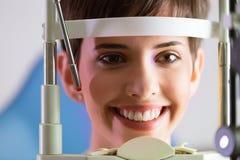 Проверять зрение в клинике ophthalmology Концепция медицины и здоровья Стоковое Фото