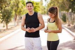 Проверять мой фитнес app на телефоне Стоковая Фотография RF