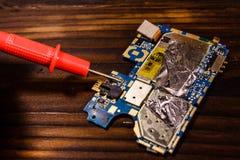 Проверять монтажной платы радиотехнической схемы с вольтамперомметром Стоковые Фотографии RF