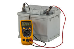 Проверять напряжение тока автомобильной батареи, изолированное на белом backgr Стоковые Фотографии RF