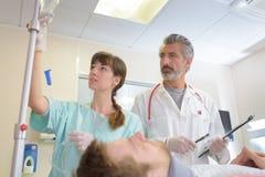 Проверять пациента в комнате спасения Стоковые Изображения