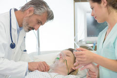 Проверять пациента в комнате спасения Стоковые Фотографии RF