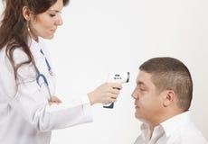 проверять пациента жары лихорадки Стоковое фото RF