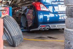 Проверять подвеску гондолы для ремонта на гараже автомобиля Стоковое Изображение