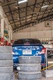 Проверять подвеску гондолы для ремонта на гараже автомобиля Стоковое фото RF