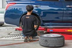 Проверять подвеску гондолы для ремонта на гараже автомобиля Стоковые Фотографии RF