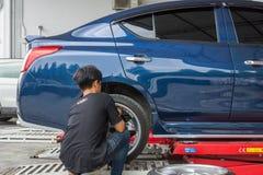 Проверять подвеску гондолы для ремонта на гараже автомобиля Стоковая Фотография